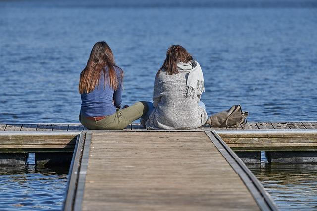 親友の女友だちに海を見ながら相談をしている