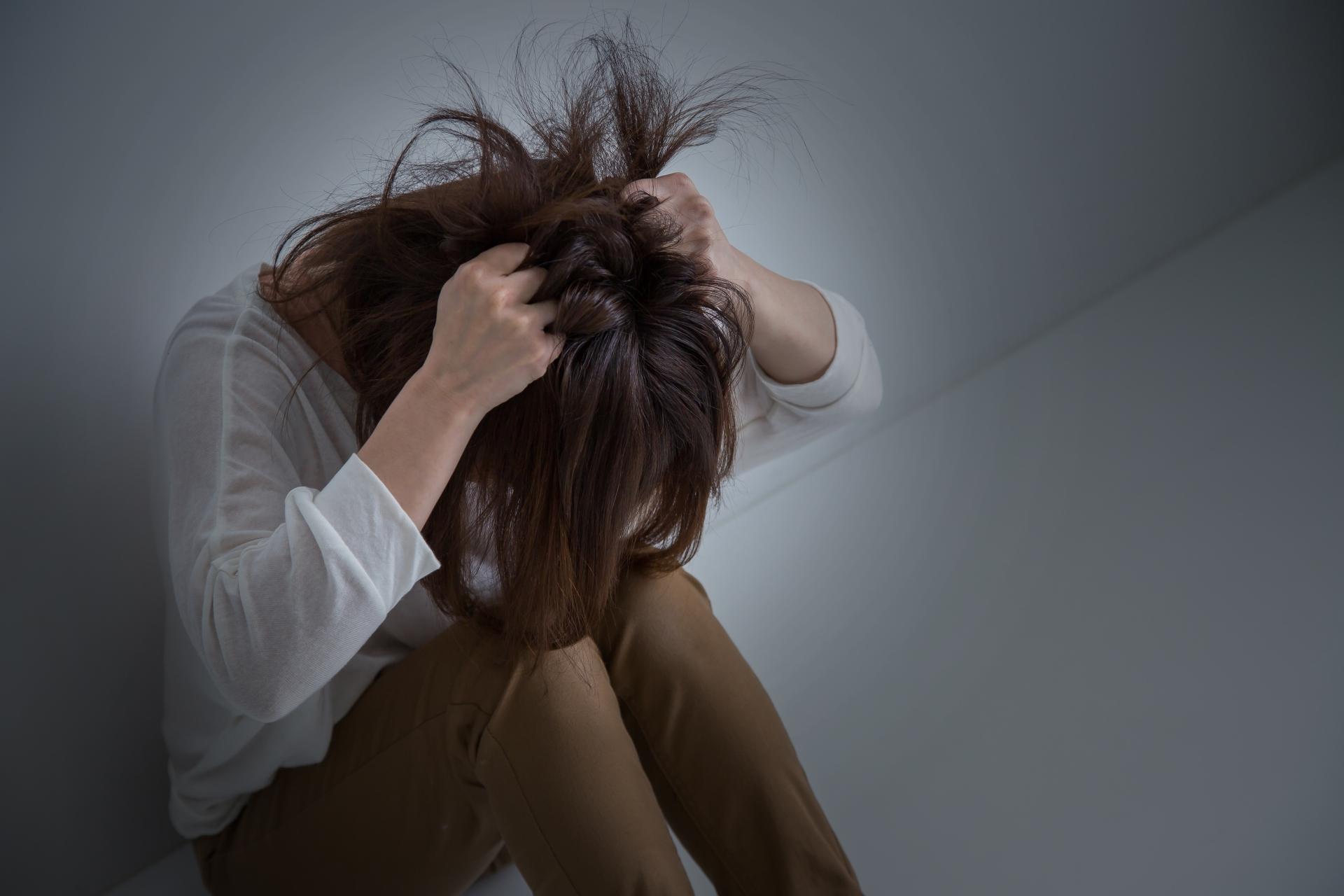思い悩む女性