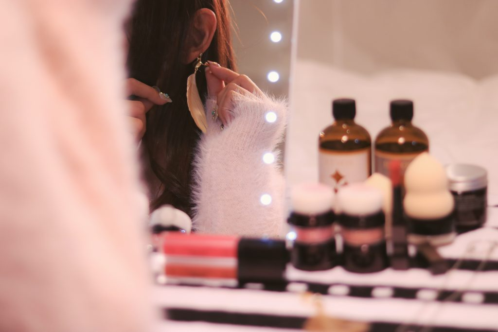 鏡の前でイヤリングをつける女の子