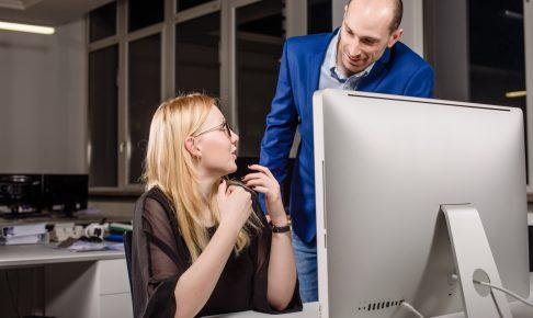 職場で女性に話しかける男性