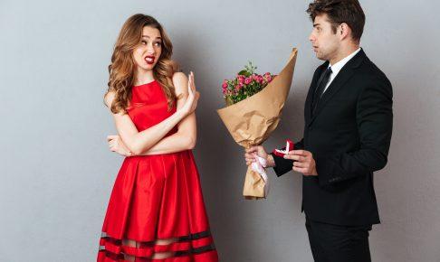 男性からのアプローチを拒絶する女性