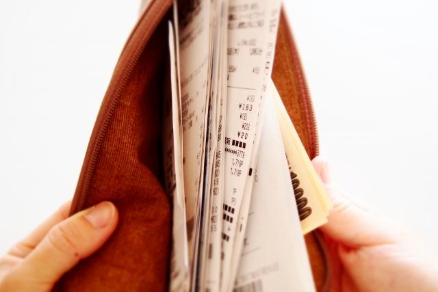 レシートだらけの財布