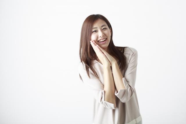 笑顔で手を合わせる女性