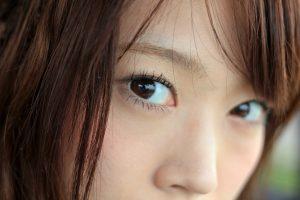 鋭い女性の目線